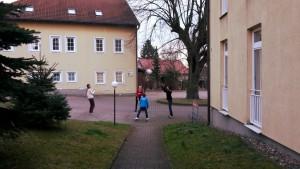 Kinder und Jugendliche spielen Volleyball vor dem Asylbewerberheim