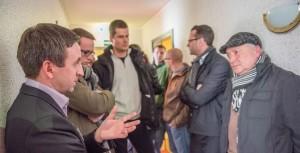 Sozialbürgermeister Martin Seidel im Gespräch mit Anwohnern beim Tag der offenen Tür im Pappritzer Asylbewerberheim © Tobias Wolf