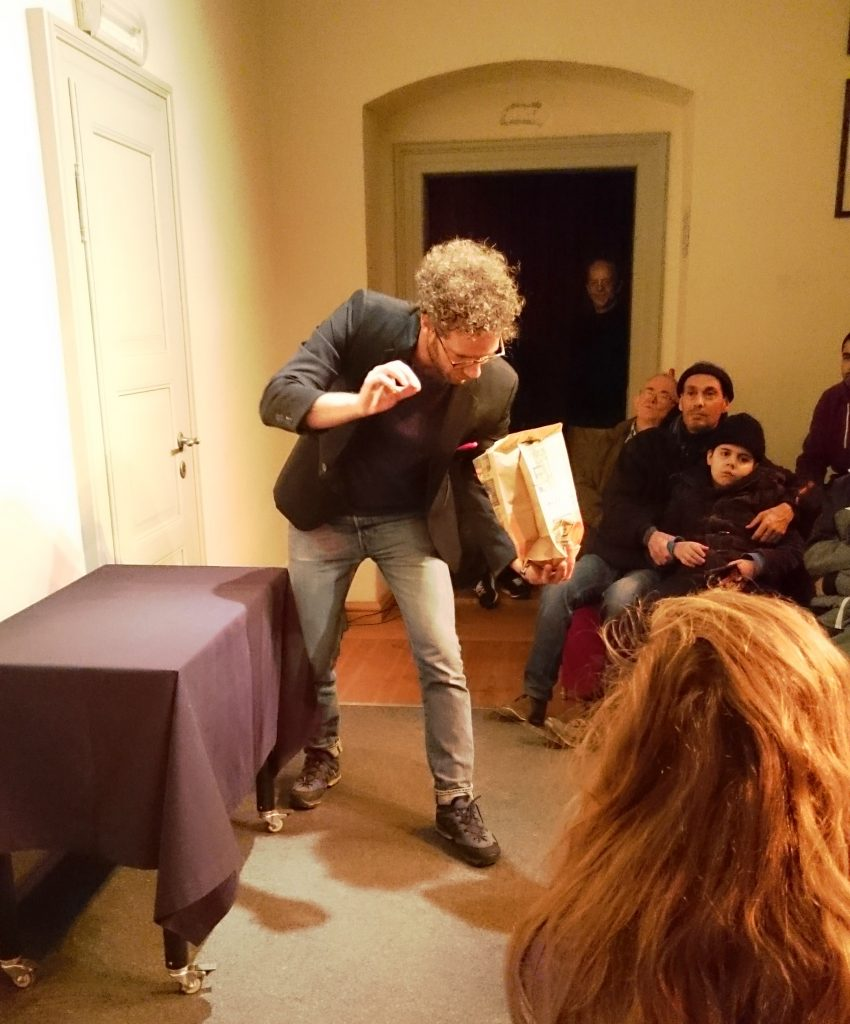 Matthieu Anatrella zaubert mit Cola Flaschen